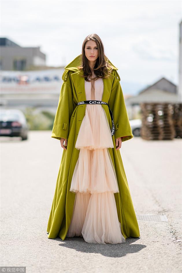 纱裙搭配大衣
