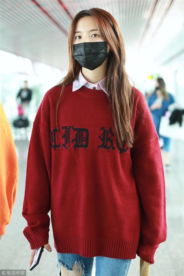 杨超越穿红色毛衣