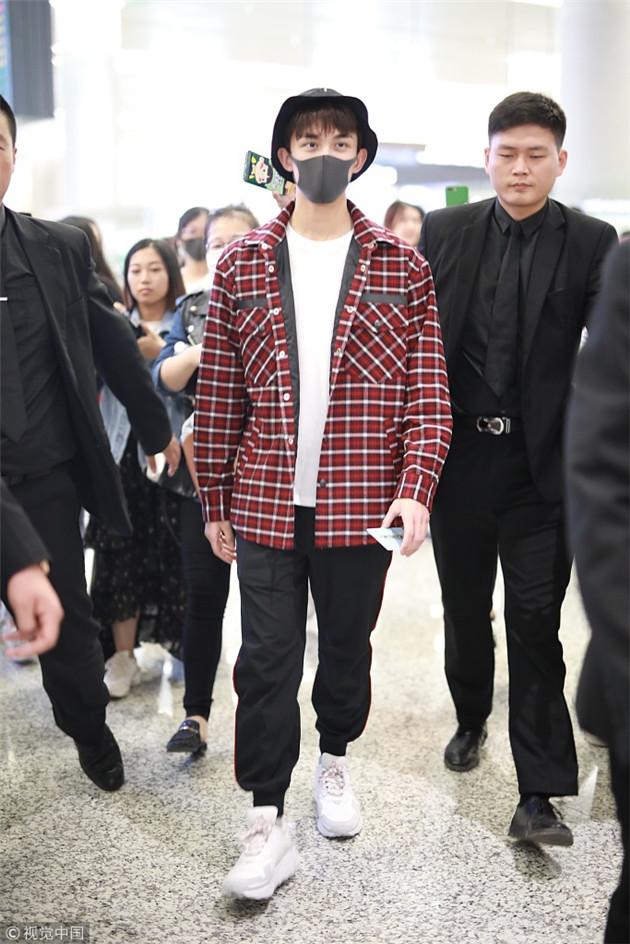 吴磊穿红色格纹外套