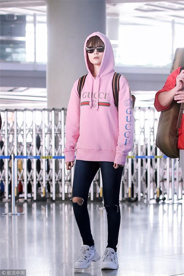 李宇春穿粉色卫衣