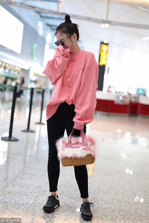 马思纯穿粉色卫衣