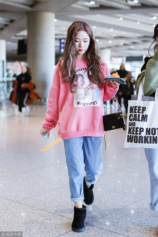 张紫宁穿粉色卫衣