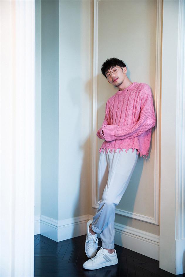 白宇穿粉色毛衣