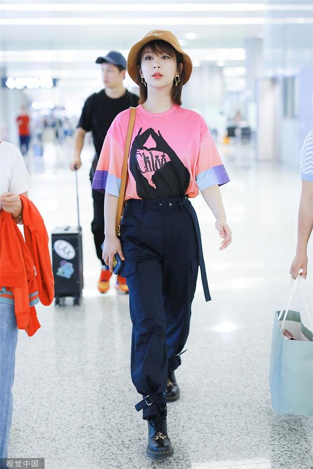 杨紫穿印花T恤