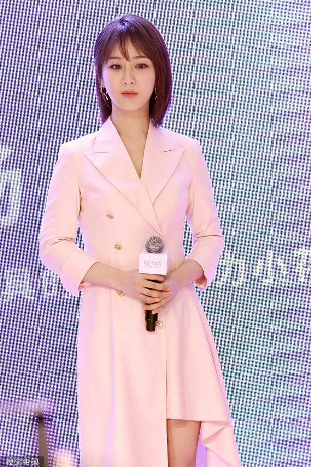 杨紫穿粉嫩裙装