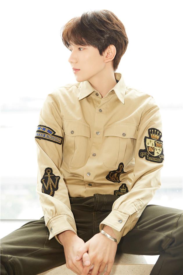 王源帅气的衬衫搭配