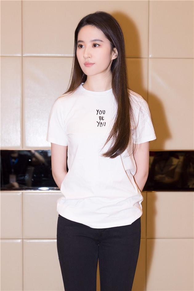 刘亦菲穿白T恤现身活动