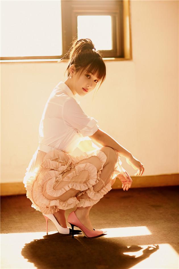 杨紫穿裸粉色半身裙