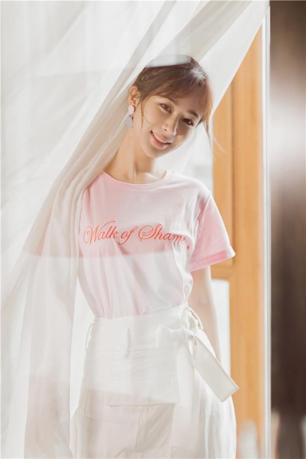 杨紫穿粉嫩T恤