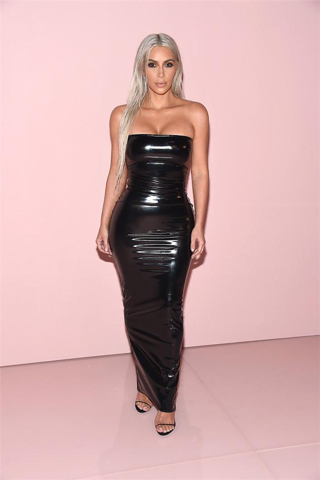 卡戴珊穿塑胶紧身裙