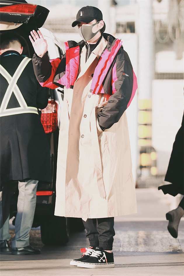 吳亦凡穿長版風衣