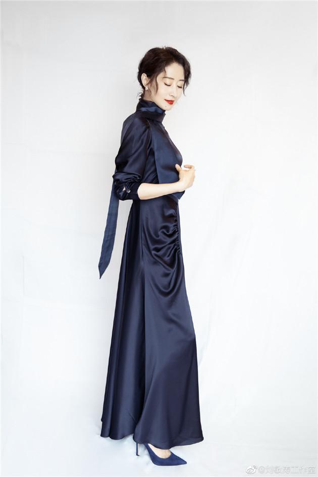 姐姐穿優雅緞面裙