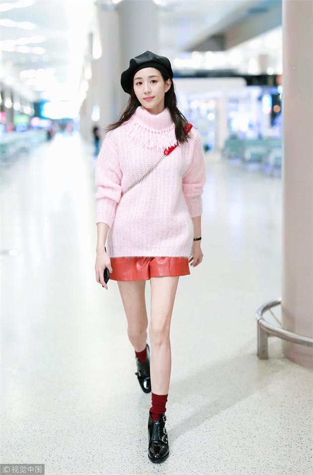 张钧宁穿粉色毛衣