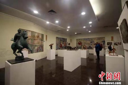 绘有600余年前体育元素的山西古代壁画6日在山西省太原美术馆展出。