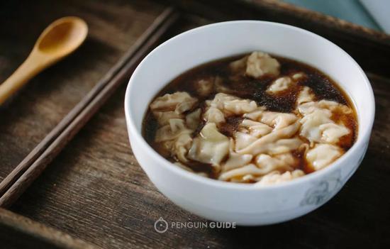 洁白小馄饨滑入褐色汤底,相映成趣