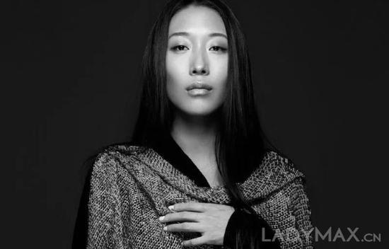 殷亦晴是首位获得法国高级定制时装称号的华人设计师