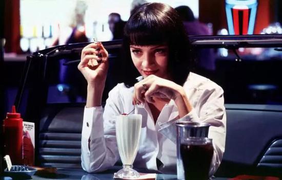 奶昔、可乐要用波纹玻璃杯。
