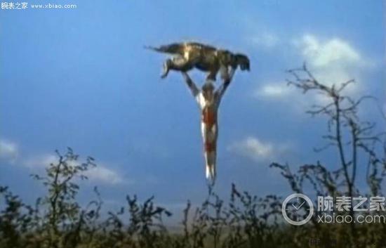 杰克奥特曼在最后关头把怪兽举起来飞向天空,炸弹在天空爆炸,化险为夷。