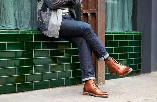 布洛克皮靴很显品位,和牛仔裤就非常百搭。