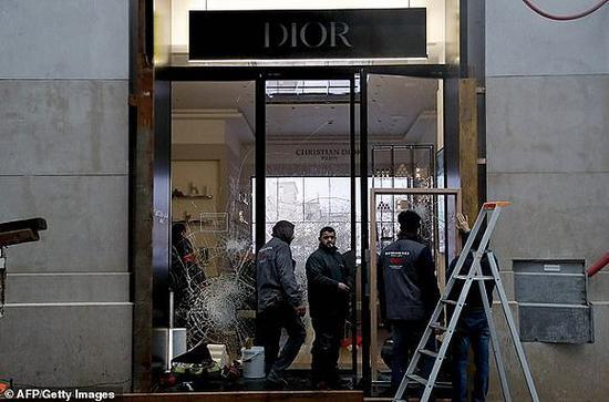 被抢劫的Dior店铺 图片来源:法新社