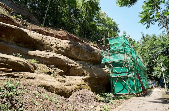 臥佛院南崖崖體植被已被清除,露出原始風貌