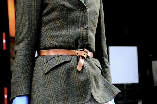 这两年一个比较时髦的造型就是把皮带系在西装外面,当然前提是腰要够细。