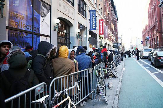 Supreme纽约店铺外排队的消费者 图片来源:The Source