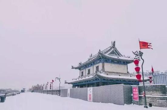 去看雪中透着张扬的红的紫禁城。