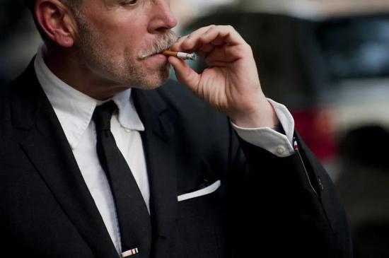 在我看来,所有在桑拿天还能坚持穿西装的金融男都是真汉子。