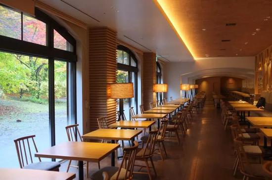 可容纳220席的自助餐厅