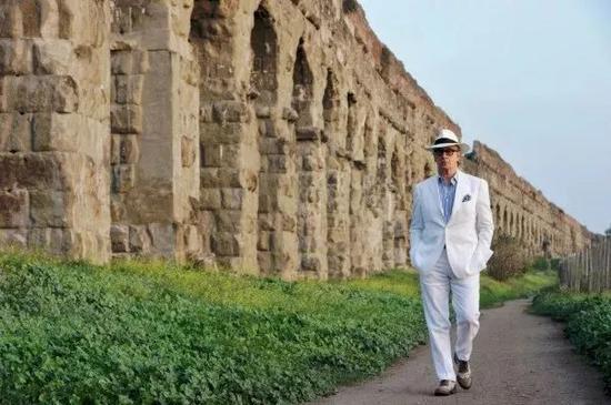 ——追求闲适的意大利人都热爱这样风情明亮的打扮。