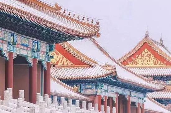 去看南京明孝陵门的红墙外飘雪。