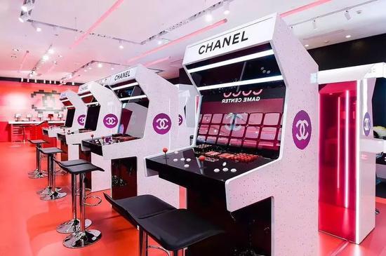 图为去年Chanel在上海K11搭建的香奈儿可可小姐限时游乐厅彩妆快闪店
