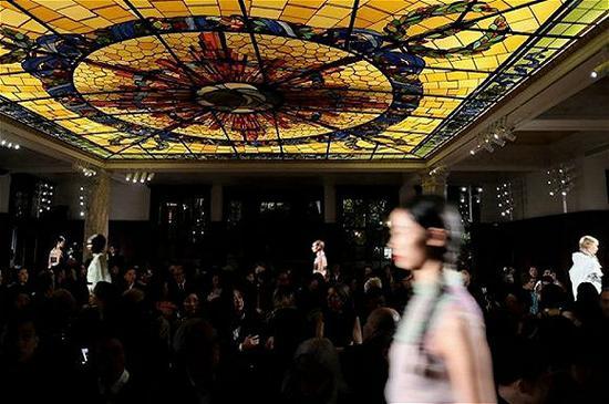 Prada在荣宅举办的2018早春时装秀