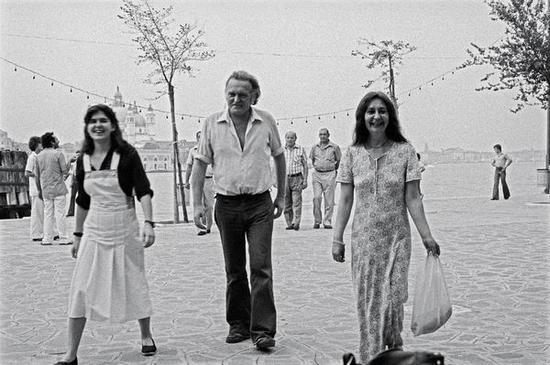 1976年,碧翠丝和父母在第37届威尼斯双年展上
