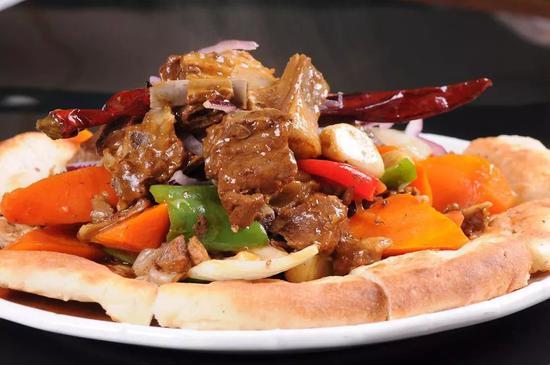 在新疆,羊肉与面是一组大漠侠侣。图/汇图网?