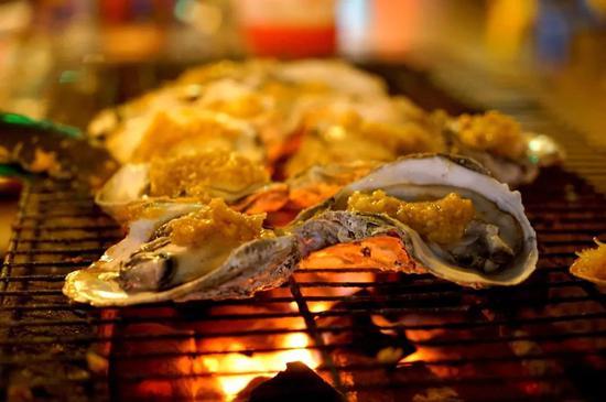▲碳烤生蚝,也是烧烤摊一霸。图/图虫·创意