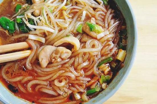 别忘了一定要冒上两个结子(肥肠段),一口下去,脆脆的结子里汤汁满口串流。