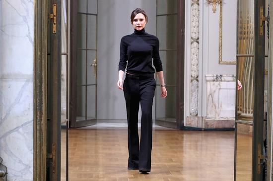 上图:Victoria Beckham 出席美国纽约的2018秋冬纽约时装周:Victoria Beckham 品牌秀场