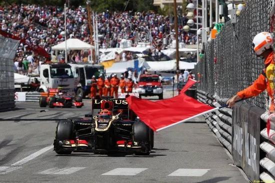 绿旗:表示赛道上的障碍已经清除,车手可以重新加速以比赛,而且可以超车。