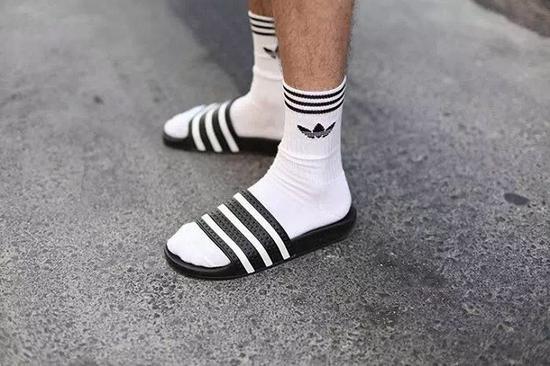 澡堂拖鞋+白袜穿法可以说是全然过气