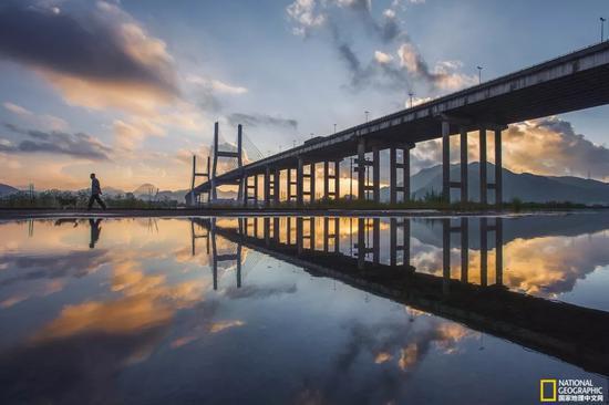 晨遛温州大桥下,天地镜面一线分