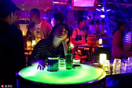 摄影师实拍夜店的夜生活