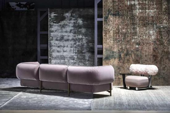Moroso 的 Rubelli 系列的现代家具上覆有巴洛克图案的丝绸,而 Setting the Elegance 系列则选用丝绒面料