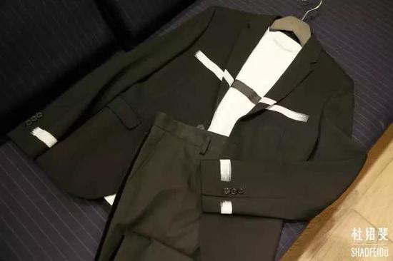 T恤/外套:NEIL BARRETT长裤:DOLCE&GABBANA