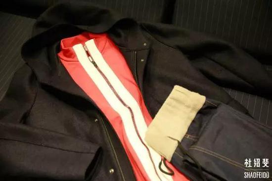 外套:HARRIS WHARF LONDON运动上衣:PORTS 1961长裤:FFIXXED STUDIOS