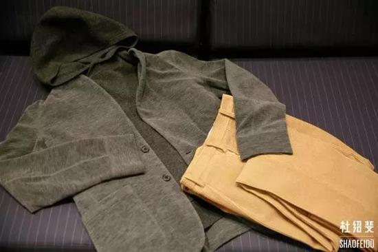 外套/长裤:CAMOSHITA帽衫:ACNE STUDIOS