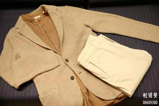 外套:LARDINI衬衣:CAMOSHITA长裤:ALTEA