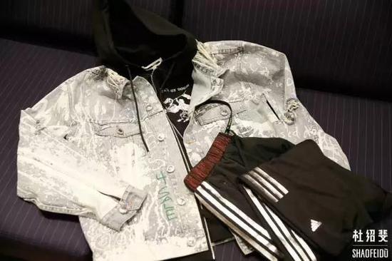 外套:HACULLA帽衫:MCQ长裤:ADIDAS