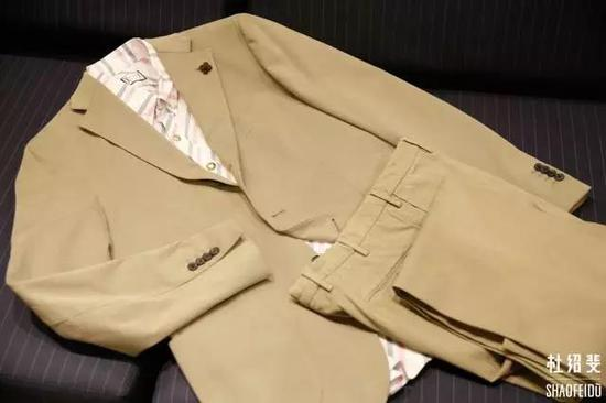 外套:LARDINI衬衣:MONCLER长裤:INCOTEX
